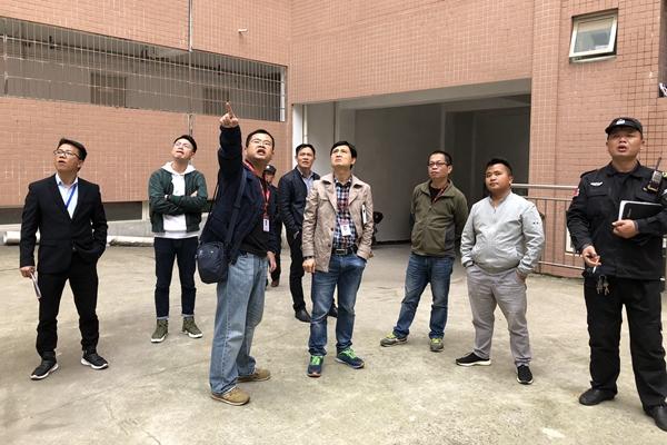 校领导深入学生宿舍检查安全工作 (3).jpg